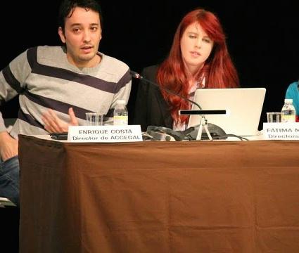 Foto de Enrique Costa y Fátima García durante una charla de ACCEGAL