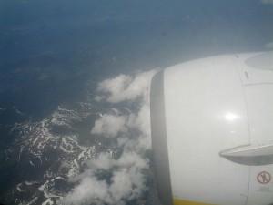 Ala del avión sobre las nubes.