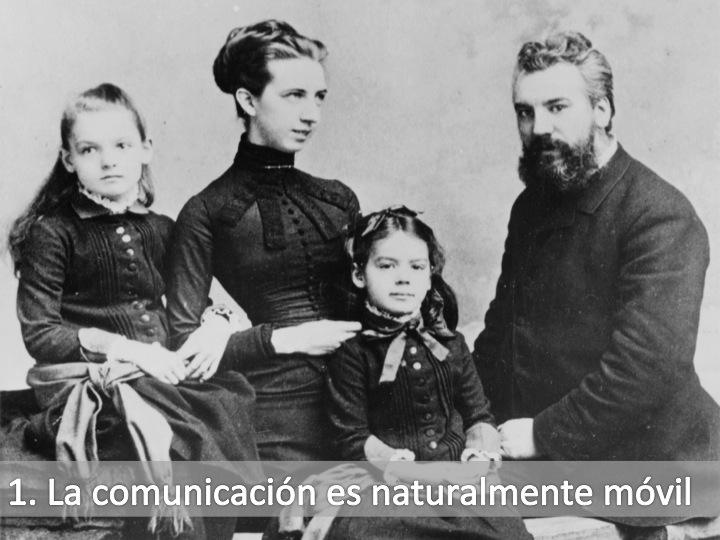 Fotografía de A. Graham Bell con su familia y texto: 1 la comunicación es naturalmente móvil. Tomada de  http://upload.wikimedia.org/wikipedia/commons/1/1a/Alexander_Graham_Bell_and_family.jpg