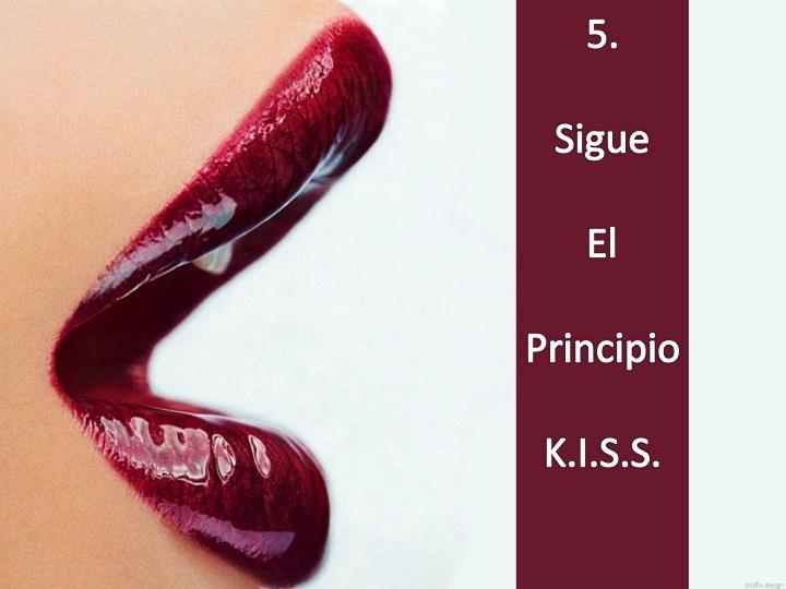 Imagen de unos labios rojos entreabiertos con la leyenda: 5. Sigue el Principio KISS. Imagen tomada de  http://images5.fanpop.com/image/photos/29500000/Glossy-Red-Lips-lips-29563591-1600-1200.jpg