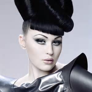 Fotografía de la modelo Viktoria Modesta en atuendo futurista