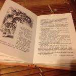 Ilustración de Alicia hablando con el gato de Cheshire subido al árbol según Tenniel