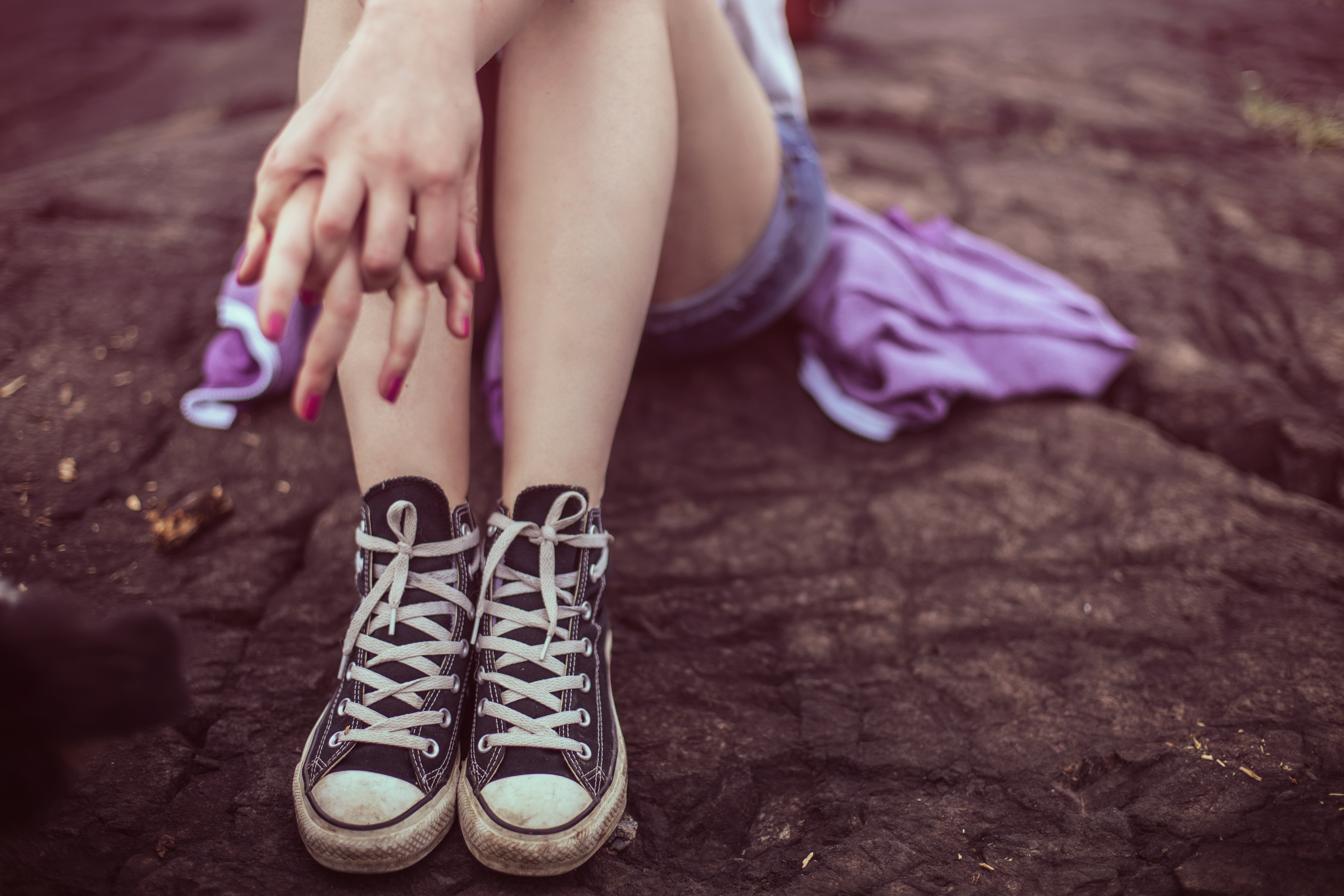 Fotografía de una niña sentada en el suelo