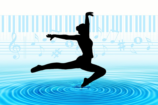 Silueta en negro de una mujer danzando sobre un charco azul en el que se proyectan ondas concéntricas y con una partitura y teclado de piano de fondo.