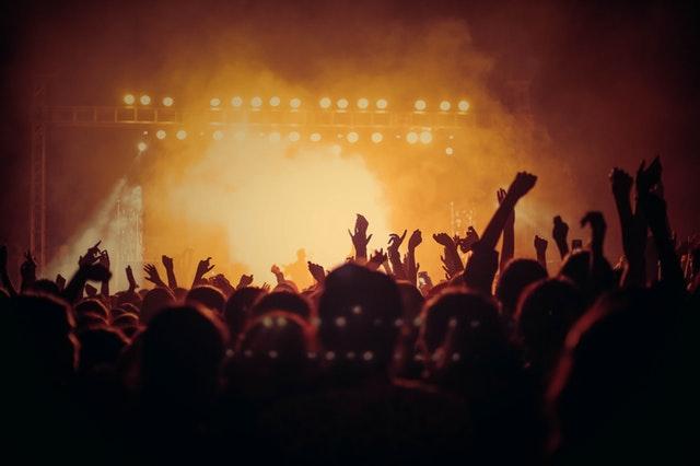 Contraluz de un concierto de rock desde la zona central del público