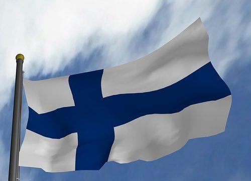Bandera Finalndesa ondenate sobre un cielo veraniego