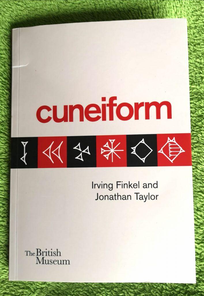Portada del libro Cuneiform, de Irving Finkel y Jonathan Taylor, editado por The British Museum, sobre la historia de la escritura cuneiforme, su aprendizaje, extensión y evolución.