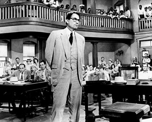 """Fotograma de """"Matar a un ruiseñor"""" con Gregory Peck en el papel de Atticus Finch durante el juicio a Tom"""